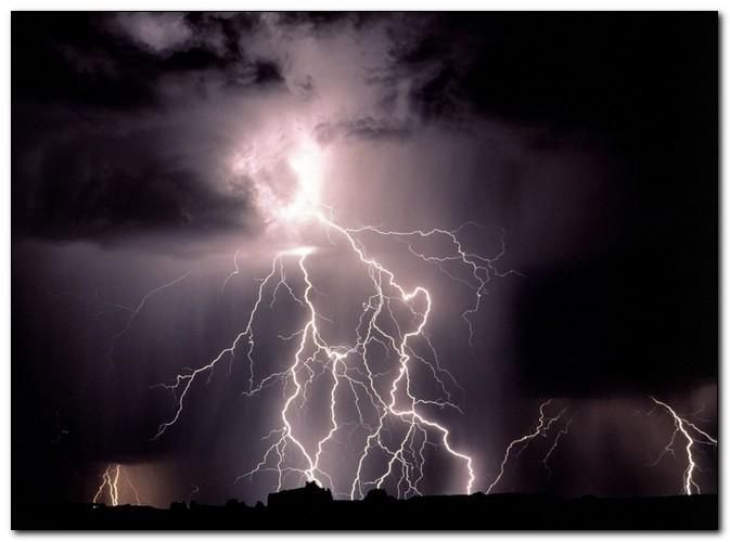 Мифы о грозе: что делать, чтобы не получить удар молнии?