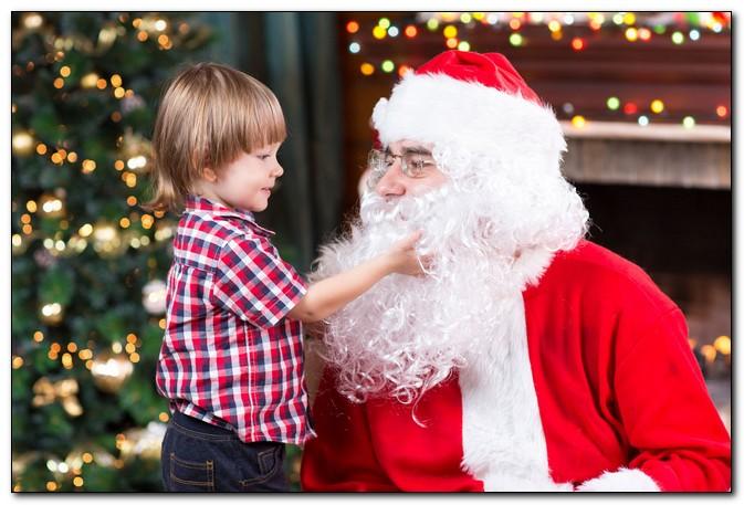 Психологи рассказали, в каком возрасте дети перестают верить в Деда Мороза